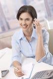 телефон офиса звонока коммерсантки Стоковые Фотографии RF