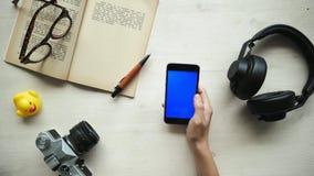 Телефон пользы рук с отличаемыми экранами ключа chroma - красными, голубой, зеленый цвет видеоматериал