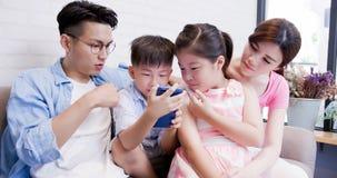 Телефон пользы семьи счастливо стоковые изображения