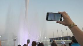 Телефон принимает фонтан сток-видео