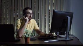 Телефон работника офиса говоря Стоковые Фото