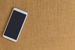 Телефон сидя на поверхности оплетанного потока стоковое фото