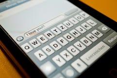 телефон сообщения влюбленности франтовской Стоковое фото RF