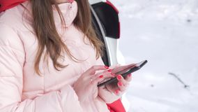 Телефон удерживания девушки с зеленым экраном и слегка ударять через страницы акции видеоматериалы