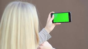 Телефон удерживания девушки с зелен-экраном Ключ Chroma сток-видео