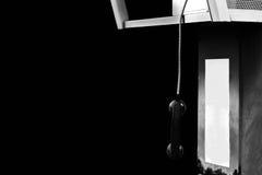 Телефон уха общественного телефон-автомата вися вниз в белом abando тона Стоковая Фотография