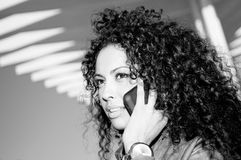 телефон blak предпосылки говоря урбанской женщине Стоковые Изображения RF