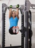 телохранителя Сильная женщина пригонки работая в спортзале - делать тяг-поднимает стоковое фото rf