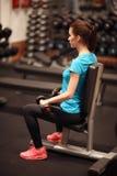 телохранителя Сильная женщина пригонки работая с гантелями Весы мышечной девушки поднимаясь в спортзале стоковые изображения