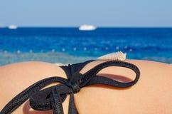 Тело девушки на seashore Стоковое Фото