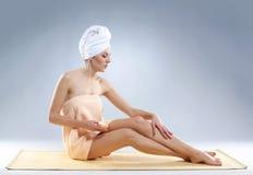 тело ее изнеживая сексуальные детеныши женщины стоковое фото rf