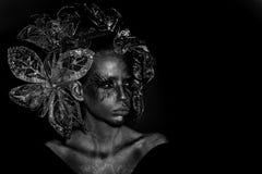 Тело женщины моды Представлять модели женщины женщина с декоративными цветками Стоковое фото RF