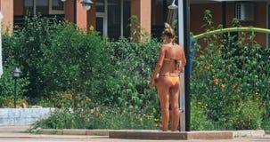 Тело и кожа чистки женщины перед входом бассейна акции видеоматериалы