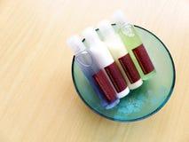 тело красотки вспомогательного оборудования разливает туалет по бутылкам внимательности Стоковые Изображения RF