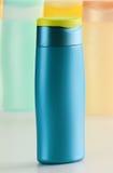 тело красотки разливает продукты по бутылкам пластмассы внимательности Стоковое Изображение