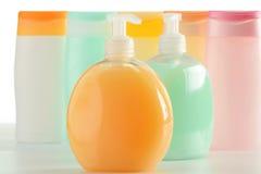 тело красотки разливает продукты по бутылкам пластмассы внимательности Стоковые Изображения