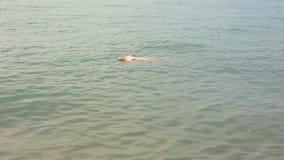 Тело потопленной женщины на море, сохраняя жизнь человека Плавать пьяный опасен для жизни акции видеоматериалы