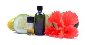тело разливает естественное масло по бутылкам Стоковое Изображение RF