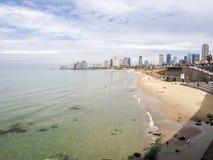 Тель-Авив, Израиль - 4-ое февраля 2017: Взгляд прогулки Яффы Люди ослабляя на телефоне Baruch пляжа в Тель-Авив стоковая фотография