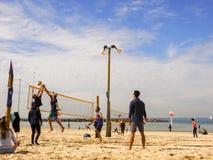 Тель-Авив, Израиль - 4-ое февраля 2017: Группа в составе молодые люди играя волейбол на телефоне Baruch пляжа стоковые фотографии rf