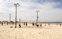 Тель-Авив, Израиль - 4-ое февраля 2017: Группа в составе молодые люди играя волейбол на телефоне Baruch пляжа стоковое фото