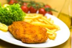 телятина кусочка мяса crunchy тарелки полная стоковое изображение rf