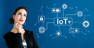 Тема безопасностью IoT с бизнес-леди стоковая фотография