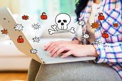 Тема вируса и аферы при женщина используя компьтер-книжку стоковая фотография