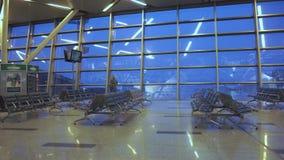 Тема движения людей авиапорта - путешествовать людей сток-видео