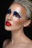 Тема искусства состава: красивая девушка с голубым и красным составом и белые волосы на темноте изолировали предпосылку в студии Стоковые Изображения RF