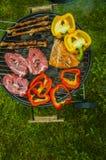 Тема огня и приготовления на гриле с зажаренной едой Стоковая Фотография RF