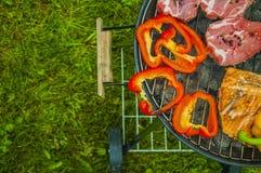Тема огня и приготовления на гриле с зажаренной едой Стоковые Фото