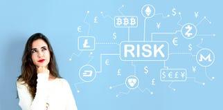 Тема риска Cryptocurrency с молодой женщиной стоковые изображения rf