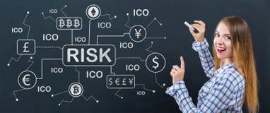 Тема риска Cryptocurrency с молодой женщиной стоковая фотография rf
