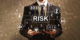 Тема риска Cryptocurrency ICO с бизнесменом держа планшет стоковая фотография
