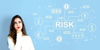 Тема риска Cryptocurrency ICO с молодой женщиной стоковое фото