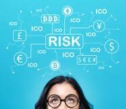 Тема риска Cryptocurrency ICO с молодой женщиной стоковое фото rf