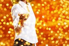 Тема рождества, женщина выпивает стекло игристого вина на blurr Стоковая Фотография