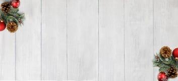 Тема рождества на белой деревянной предпосылке с космосом для текста стоковая фотография rf