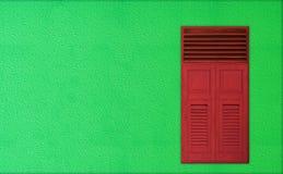 Тема рождества, классические красные деревянные окна на зеленой стене цемента Стоковые Фотографии RF