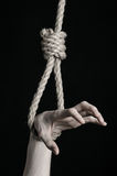 Тема суицида и депрессии: человеческая смертная казнь через повешение руки на петле веревочки на черной предпосылке Стоковые Фото
