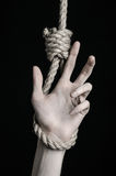 Тема суицида и депрессии: человеческая смертная казнь через повешение руки на петле веревочки на черной предпосылке Стоковое Фото