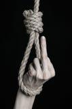 Тема суицида и депрессии: человеческая смертная казнь через повешение руки на петле веревочки на черной предпосылке Стоковое фото RF
