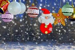 Тема украшения рождества на сосновом лесе с снегом Стоковое Изображение