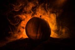 Тема хеллоуина с тыквой против закоптелой темной предпосылки Пустой космос для текста стоковые изображения rf