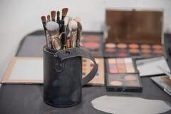 Тема художника макияжа Различные продукты состава над взглядом стоковые изображения rf