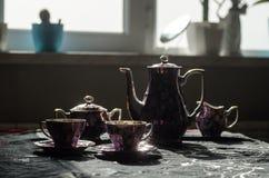 Тема чая и кофе предпосылки еды Старый винтажный керамический бак чая или кофе с чашками кувшином и чашкой сахара на темной предп Стоковое Фото