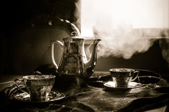 Тема чая и кофе предпосылки еды Старый винтажный керамический бак чая или кофе с чашками кувшином и чашкой сахара на темной предп Стоковое Изображение RF