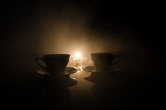 Тема чая и кофе предпосылки еды Старый винтажный керамический бак чая или кофе с чашками кувшином и чашкой сахара на темной предп Стоковая Фотография RF