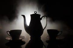 Тема чая и кофе предпосылки еды Старый винтажный керамический бак чая или кофе с чашками кувшином и чашкой сахара на темной предп Стоковое фото RF